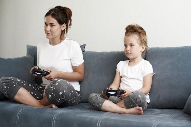 Moeder en dochter spelen van computerspelletjes