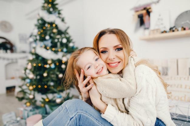 Moeder en dochter spelen