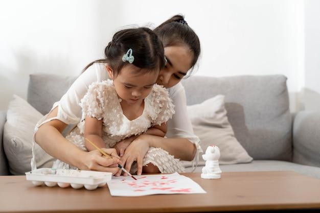 Moeder en dochter tekenen en schilderen samen