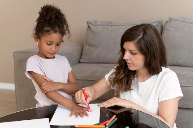 Moeder en dochter tekenen samen