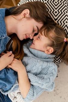 Moeder en dochter thuis