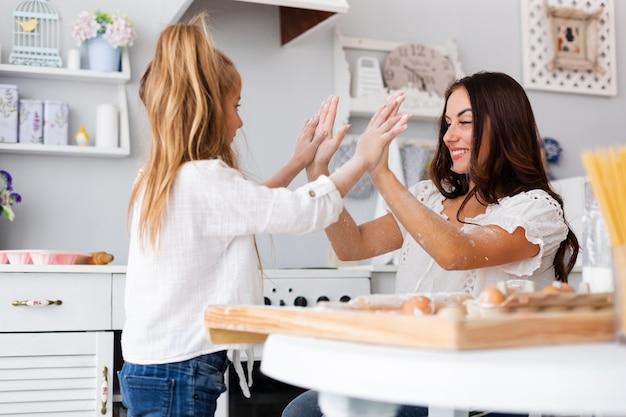 Moeder en dochter tijd samen doorbrengen in de keuken