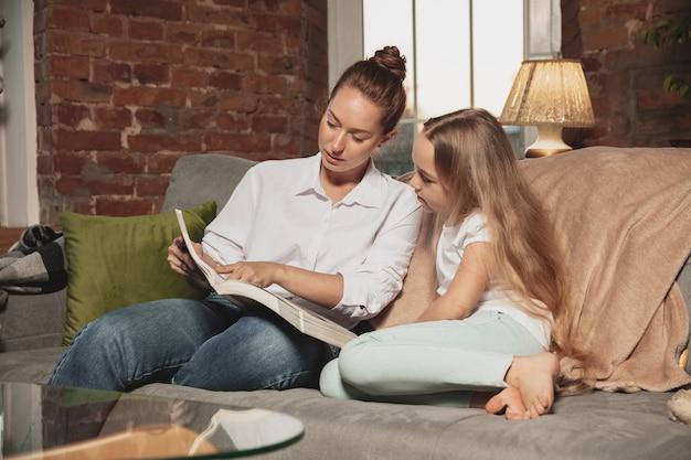 Moeder en dochter tijdens zelfisolatie thuis in quarantaine