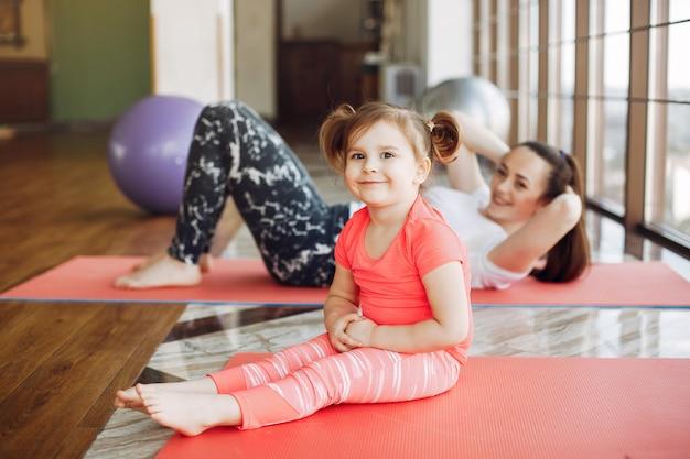 Moeder en dochter training in een sportschool