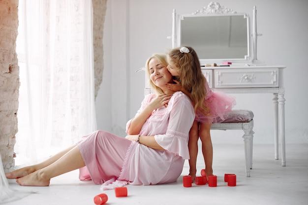 Moeder en dochter verzamelen zich in de ochtend in de buurt van spiegel