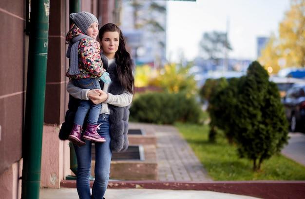 Moeder en dochter voor de deur van het huis