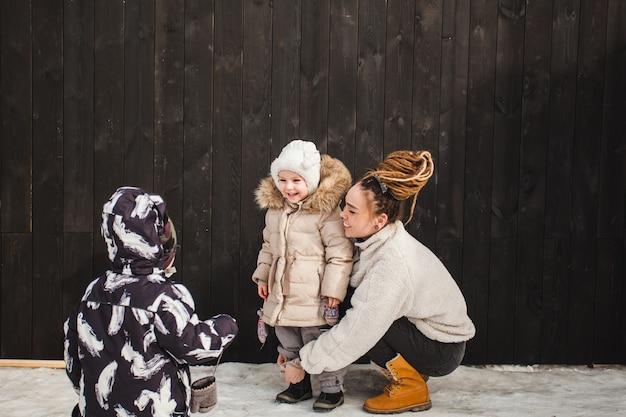 Moeder en dochter voor het huis, wandelen en oefenen, liefde en familie tijd voor kinderen