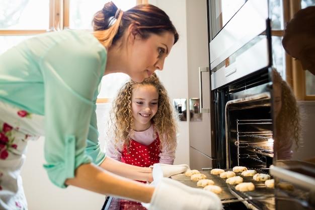 Moeder en dochter voorbereiding cookies in keuken