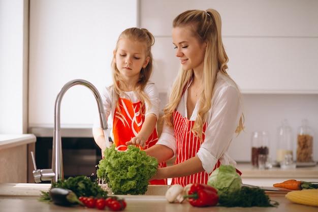 Moeder en dochter wassen groenten