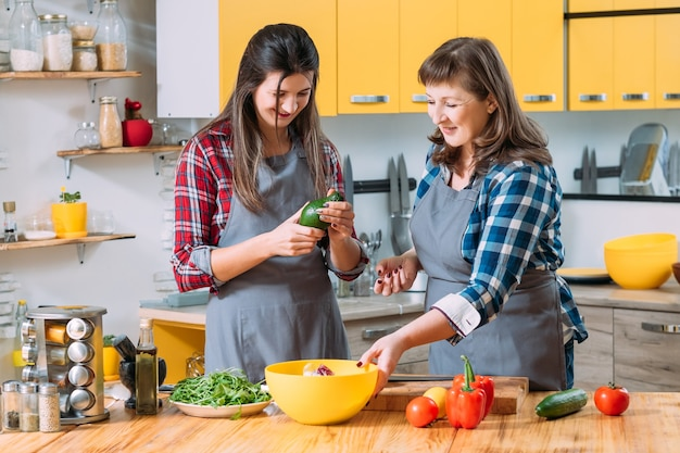 Moeder en dochter werken samen in de keuken