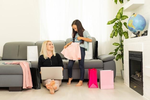 Moeder en dochter winkelen op internet