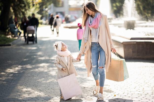 Moeder en dochter winkelen