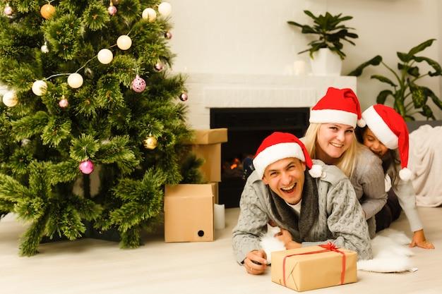 Moeder en dochter zijn gelukkig samen met kerstmis. kerstmis, kerstmis, winter, geluk concept - moeder en dochter. familie in kerstmis. wachten op kerstmis. vakantie interieur