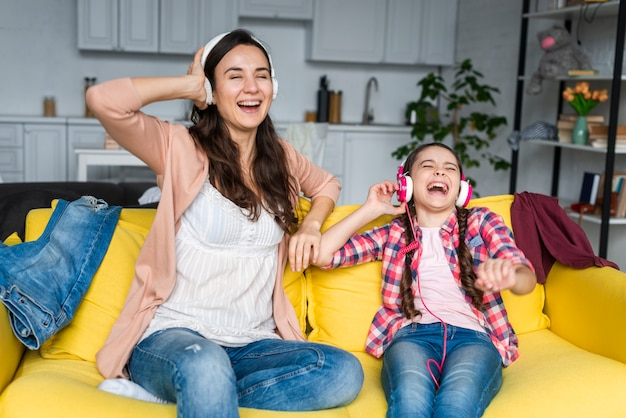 Moeder en dochter zingen de teksten