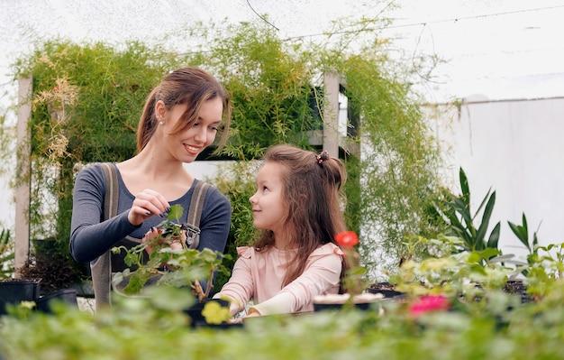 Moeder en dochter zorgen voor planten