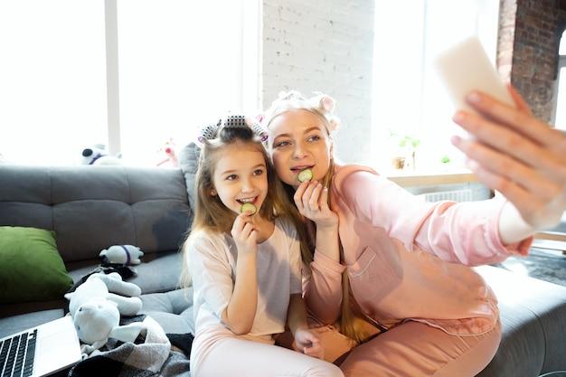 Moeder en dochter, zussen hebben een rustige, mooie en leuke dag samen thuis