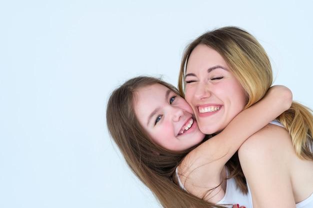 Moeder en dochterliefde. familie knuffel en gevoelens expressie.