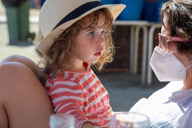 Moeder en dochterreizigers genieten van de stranden van andalusië.