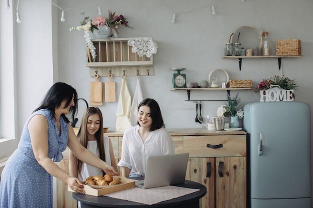 Moeder en dochters praten in de keuken