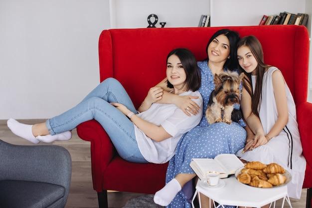 Moeder en dochters rusten in de woonkamer
