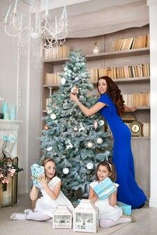Moeder en dochters wisselen kerstcadeaus uit