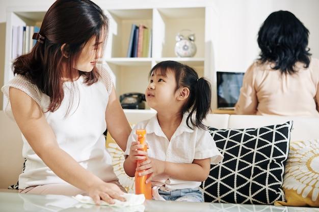 Moeder en dochtertje die huis schoonmaken