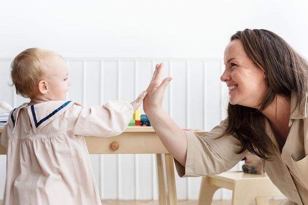 Moeder en dochtertje geven high fives