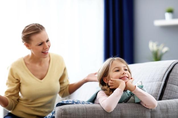 Moeder en dochtertje hebben ruzie thuis