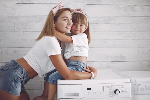 Moeder en dochtertje hebben thuis plezier