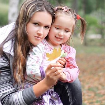 Moeder en dochtertje in het park