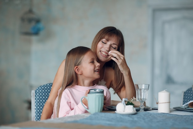 Moeder en dochtertje kind meisje thuis. alleenstaand ouderschap en moederschap.