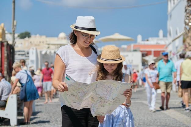 Moeder en dochtertje met een kaart