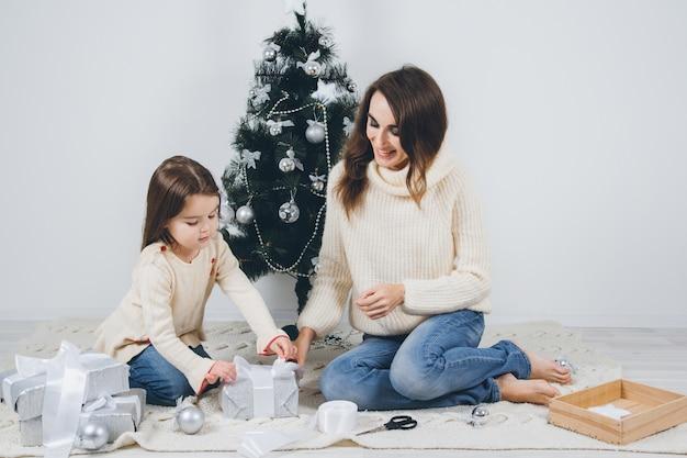 Moeder en dochtertje pakken de geschenken in