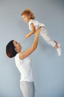 Moeder en dochtertje veel plezier op een blauwe achtergrond