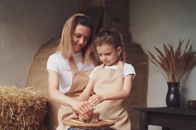 Moeder en dochtervorm met klei