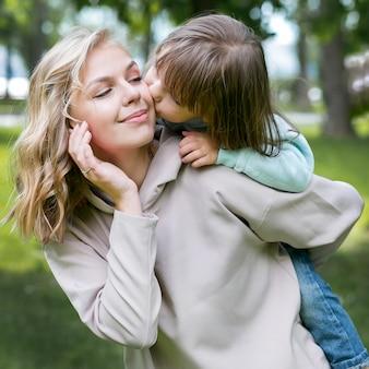 Moeder en gelukkig kind concept