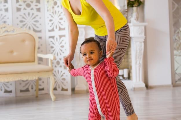 Moeder en gemengd ras baby spelen thuis.
