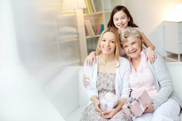 Moeder en grootmoeder met giften