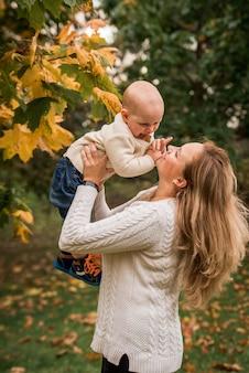 Moeder en haar babyjongen in een park