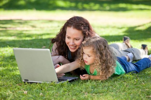 Moeder en haar dochter die aan laptop werken