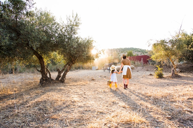 Moeder en haar dochter lopen in het veld