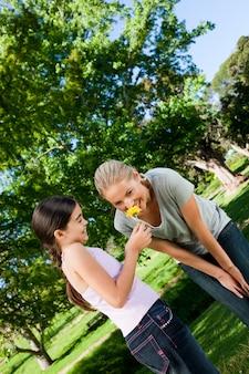 Moeder en haar dochter met een bloem