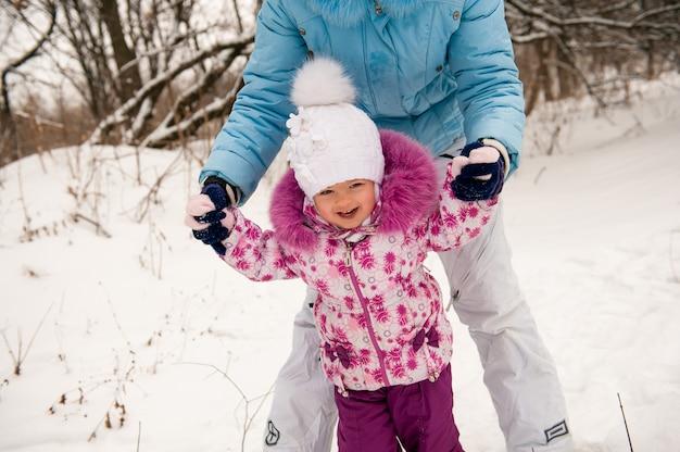 Moeder en haar dochtertje genieten van prachtige winterdag.