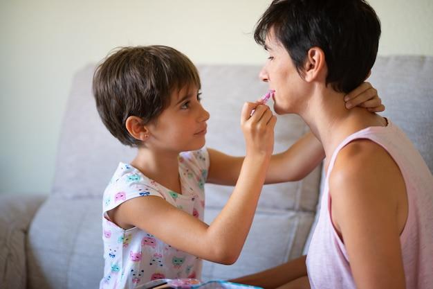 Moeder en haar dochtertje maken elkaar goed