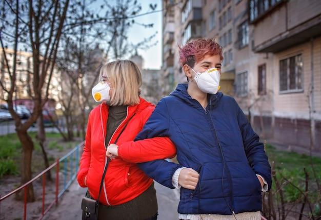 Moeder en haar duizendjarige dochter met gasmaskers begroeten elkaar met nieuwe regels