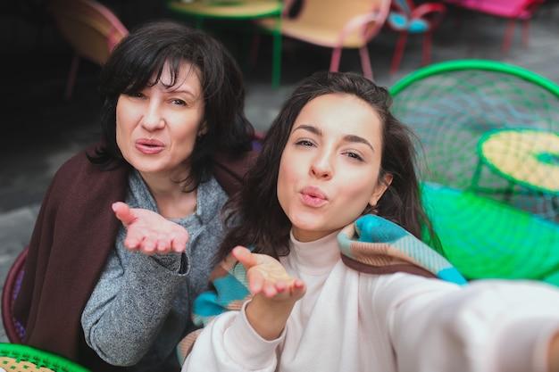 Moeder en haar jonge dochter zitten samen in café Premium Foto