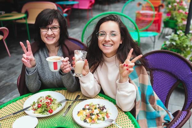 Moeder en haar jonge dochter zitten samen in café