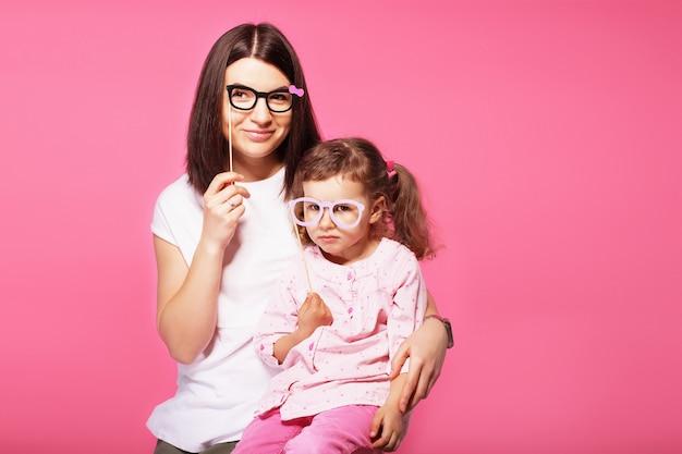 Moeder en haar kind dochter meisje met een papieren accessoires