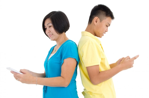 Moeder en haar zoon bezig met smartphones thuis
