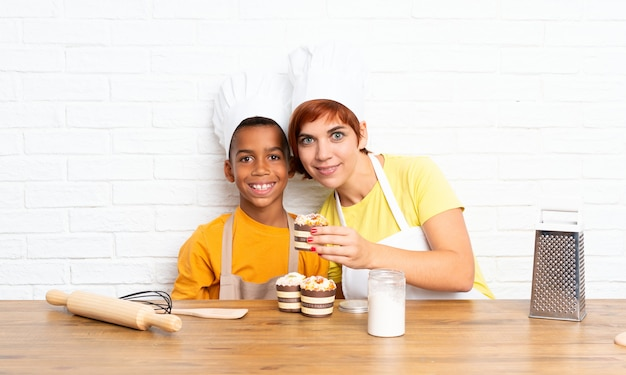 Moeder en haar zoon kleedden zich als chef in een keuken